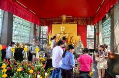 La gente ruega la estatua del ángel en la capilla de Phra Kal Fotografía de archivo libre de regalías