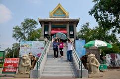La gente ruega la estatua del ángel en la capilla de Phra Kal Imagenes de archivo
