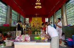La gente ruega la estatua del ángel en la capilla de Phra Kal Foto de archivo