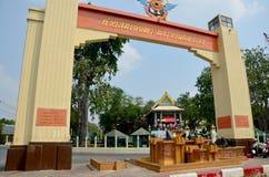 La gente ruega la estatua del ángel en la capilla de Phra Kal Fotos de archivo