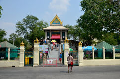 La gente ruega la estatua del ángel en la capilla de Phra Kal Imágenes de archivo libres de regalías