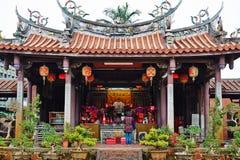 La gente ruega para dios en templo oriental tradicional de la herencia en Taiwán Imagenes de archivo