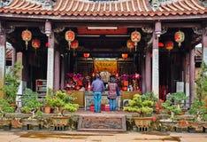 La gente ruega para dios en templo oriental tradicional de la herencia en Taiwán Imágenes de archivo libres de regalías