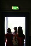 La gente sale la puerta de atrás Foto de archivo