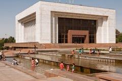 La gente salta en el agua de las fuentes de la ciudad Imagenes de archivo