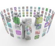 La gente sceglie Apps sulle pareti sporgenti dello schermo di tocco Immagine Stock