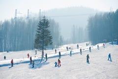 La gente scia alla montagna del nero in Baykalsk, Russia immagini stock