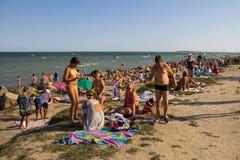 La gente sconosciuta gode di sulla spiaggia del mare di Azov Fotografie Stock