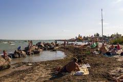 La gente sconosciuta gode di sulla spiaggia del mare di Azov Fotografia Stock
