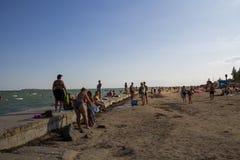 La gente sconosciuta gode di sulla spiaggia del mare di Azov Immagini Stock Libere da Diritti