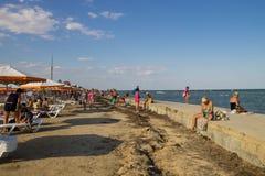 La gente sconosciuta gode di sulla spiaggia del mare di Azov Fotografia Stock Libera da Diritti
