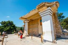 La gente sconosciuta visita le rovine antiche del palazzo famoso di Minoan di Cnosso, l'isola di Creta, Grecia Immagine Stock