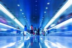 La gente scorre veloce in sottopassaggio. Immagine Stock Libera da Diritti