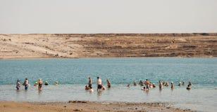 La gente se baña en el mar muerto Fotos de archivo