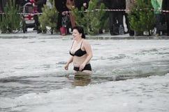 La gente se baña en el río en invierno imagenes de archivo