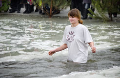 La gente se baña en el río en invierno imágenes de archivo libres de regalías