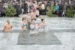 La gente se baña en el río en invierno. Epifanía cristiana del festival religioso Fotografía de archivo libre de regalías