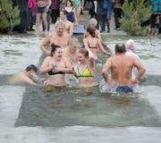 La gente se baña en el río en invierno. Epifanía cristiana del festival religioso imagen de archivo