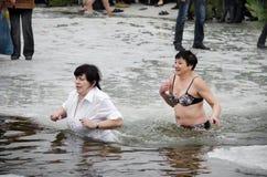 La gente se baña en el río en invierno. Epifanía cristiana del festival religioso Fotos de archivo libres de regalías
