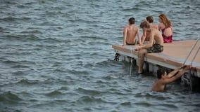La gente se baña y descansa sobre la playa de la ciudad Estacionamiento español para los yates en un en provincial Blanes del ` d metrajes