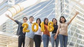 La gente se coloca en la sensación feliz con el globo 2018 del número Fotos de archivo