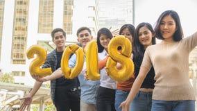 La gente se coloca en la sensación feliz con el globo 2018 del número Fotografía de archivo libre de regalías