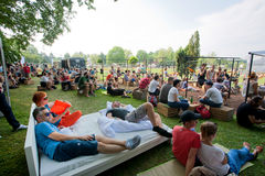 La gente se divierte con los amigos y en el sofá en partido al aire libre Fotografía de archivo