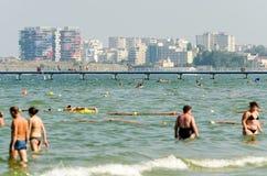 La gente se divierte en el Mar Negro Imágenes de archivo libres de regalías