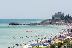 La gente se divierte en la playa del Mar Negro Imagen de archivo libre de regalías