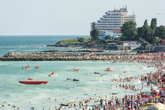 La gente se divierte en la playa del Mar Negro Fotos de archivo libres de regalías