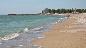 La gente se divierte en la playa del Mar Negro en Costinesti metrajes