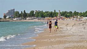 La gente se divierte en la playa del Mar Negro en Costinesti almacen de video