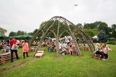 La gente se divierte en territorio verde cerca del bosque Imagen de archivo libre de regalías