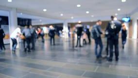 La gente se está colocando detrás del contador en la cantidad de pasillo blanco almacen de metraje de vídeo