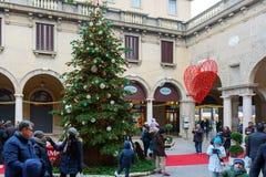 La gente se está divirtiendo cerca del árbol de navidad en el viejo cuadrado de la ciudad Imagen de archivo