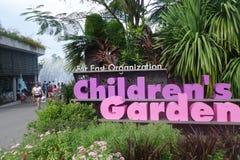 La gente se está divirtiendo en el jardín de los niños en jardín por los vagos Foto de archivo