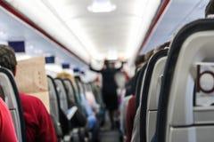 La gente se está sentando en el avión Fotos de archivo