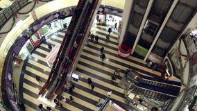 La gente se mueve arriba y abajo de las escaleras móviles metrajes