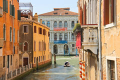 La gente se mueve a través del canal en el barco en Venecia, Italia Foto de archivo