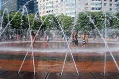 La gente se refresca apagado del calor en Boston Fotografía de archivo