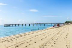 La gente se relaja cerca del embarcadero en Sunny Isles Beach Imagen de archivo libre de regalías