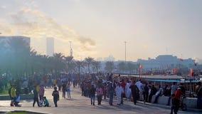 La gente se relaja en Doha, Qatar almacen de metraje de vídeo