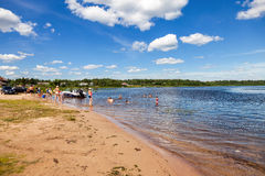 La gente se relaja en el lago en día soleado del verano Fotografía de archivo libre de regalías