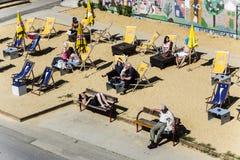 La gente se relaja en la playa Fotografía de archivo libre de regalías