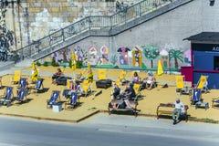 La gente se relaja en la playa del canal de Danubio en Viena Foto de archivo
