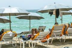 La gente se relaja en la playa del jade en Sunny Isles Beach Fotos de archivo