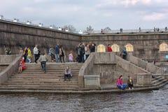 La gente se relaja en Neva River foto de archivo libre de regalías