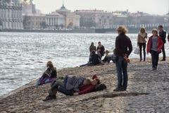 La gente se relaja en Neva River imágenes de archivo libres de regalías