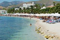 La gente se relaja en la playa en la ciudad de vacaciones de Bodrum, Turquía Imagen de archivo libre de regalías
