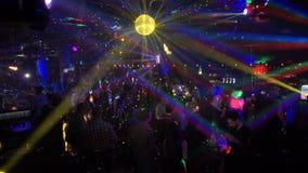 La gente se relaja en un club nocturno, bailando metrajes